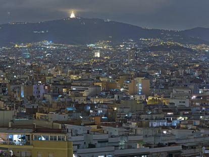 Panorámica nocturna de Barcelona desde MontjuÏc.