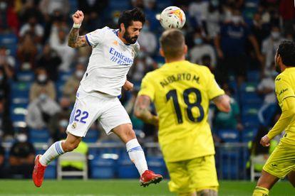 Isco golpea el balón con la cabeza en el partido del Real Madrid contra el Villareal CF en el Santiago Bernabéu.