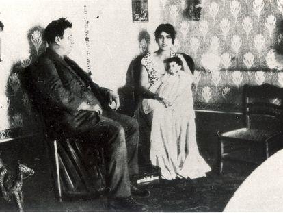 Guadalupe Marín y Diego Rivera con su hija Guadalupe Rivera.