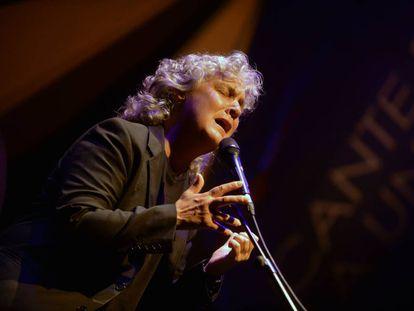 Mayte Martín canta en su concierto del Cante de las Minas, en Murcia.