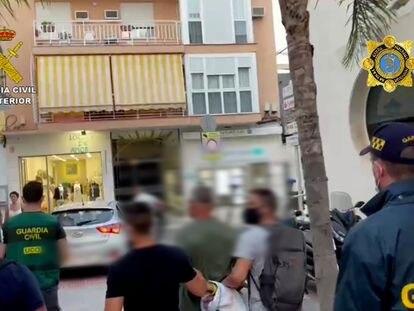 Los agentes de la Guardia Civil detienen a El Monje, el pasado jueves en Fuengirola.