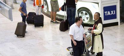 Uno de los taxistas piratas negocia un posible traslado con un pasajero.