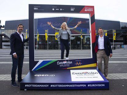 Los organizadores de Eurovisión 2021, Sietse Bakker, Jolanda Jansen y Dave Geensen, posan el pasado lunes frente al recinto de Rotterdam que acogerá el certamen.