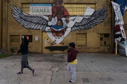 Dos jóvenes caminan en la mítica calle Edgewood.