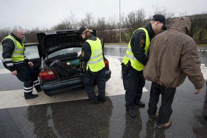 La policía danesa inspecciona un vehículo en la frontera con Alemania.
