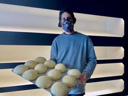 Mario Ortíz, en su panadería Brulée. J. C. CAPEL