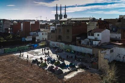 Algunos de los migrantes supervivientes del incendio, este jueves en el solar del edificio demolido.