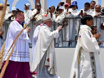 El papa Francisco celebra una misa en playa Lobitos, cerca de Iquique, su última escala en Chile antes de partir hacia Lima, Perú.