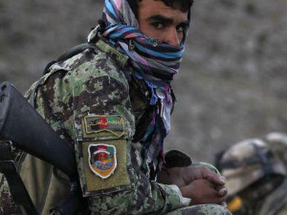 Imagen de un soldado del Ejército afgano junto a militares franceses tomada en septiembre de 2010.