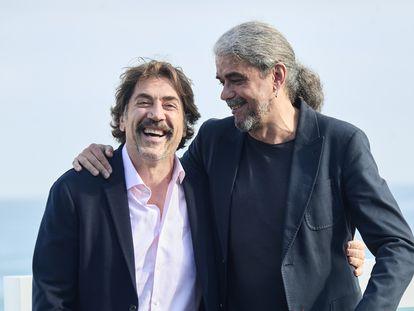 Fernando León de Aranoa (derecha) y Javier Bardem, antes de la presentación en San Sebastián de 'El buen patrón'.