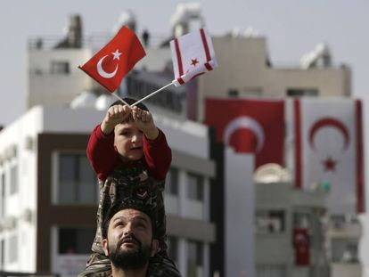 Un niño ondea las banderas turca y turcochipriota en Nicosia, durante la conmemoración de la independencia de la RTNC.