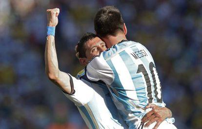 Messi abraza a Di María tras su gol.