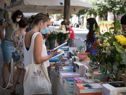 Parada de libros y rosas el 23 de julio de 2020 en Barcelona.