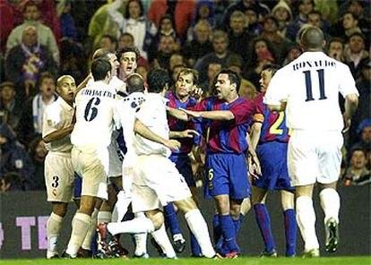 Los jugadores del Madrid y del Barcelona se enzarzan en una pelea en un momento del partido.