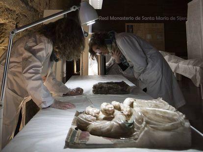 Dos de las conservadoras observan los altorrelieves de alabastro de Sijena.