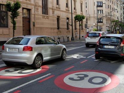 Una calle de Bilbao con señales del límite de velocidad.