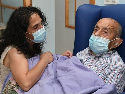 Carmen Hernández del Río, junto a su padre Ricardo, de 88 años, que padece una demencia vascular.
