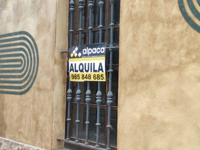 Un cartel de alquiler de vivienda en Asturias, el pasado junio.