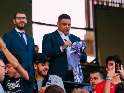 Los directivos del Real Valladolid CF, David Espinar y Ronaldo Nazário, durante un partido anterior a la pandemia.
