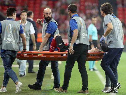 Iker Muniain es retirado en camilla este jueves tras lesionarse.