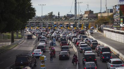Coches esperando a entrar en Estados Unidos desde Tijuana.