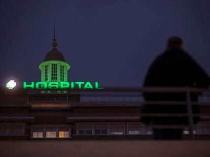 El Hospital Universitario Virgen del Rocío de Sevilla ilumina su cúpula de verde como símbolo de resiliencia para los profesionales y ciudadanos que colaboran durante el estado de alarma por el nuevo coronavirus.