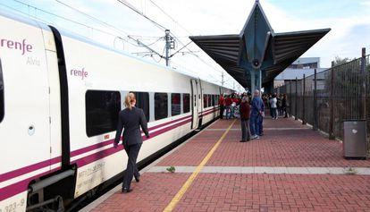 Tren Euromed de la línea Barcelona-Valencia, en L'Aldea (Tarragona).