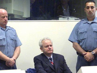 Imagen de 2002 del Juicio al expresidente yugoslavo Slobodan Milosevic.