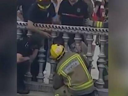 Momento en el que los bomberos asisten al menor.