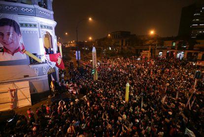 El candidato Pedro Castillo saluda a sus seguidores en la sede de su partido, en Lima, este jueves.