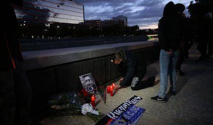 Varias personas colocan velas en recuerdo de Francisco Javier Romero Taboada junto al Manzanares.