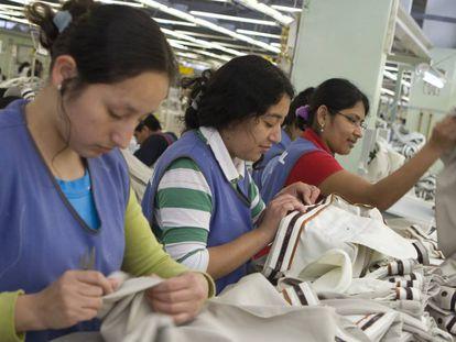 Mujeres peruanas trabajando en una fábrica.