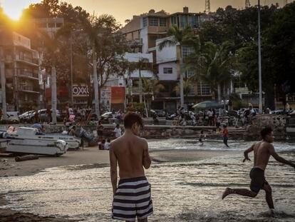 Familias visitan la Playa Tlacopanocha, ubicada en Acapulco, el 30 de abril de 2021.