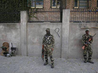 Soldados paramilitares indios patrullan, este jueves, por una de las calles de Srinagar, en la India.