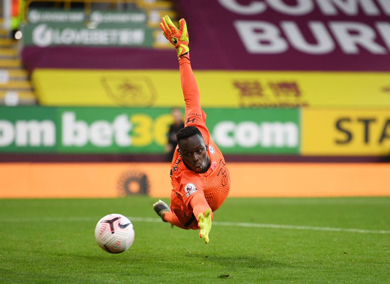 Mendy realiza una gran parada en el último encuentro de la Premier entre el Chelsea y el Burnley el pasado sábado.