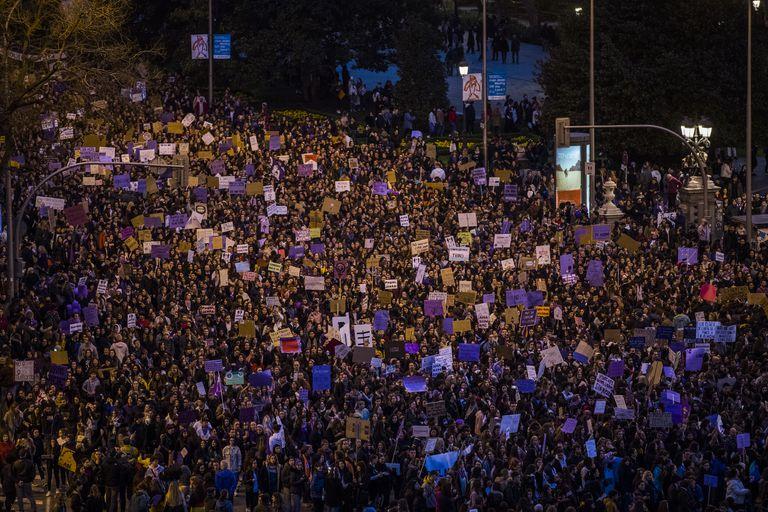 Manifestación del Día de la Mujer, el 8M, a su paso por Cibeles, en Madrid.
