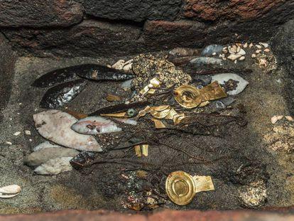 Cuchillos de pedernal, piezas de oro, espinazos de serpiente, dos aves... Así es la última ofrenda hallada en el Templo Mayor.