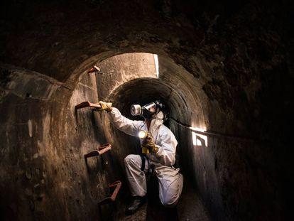 Un operario realiza una inspección rutinaria de una alcantarilla de Barcelona.