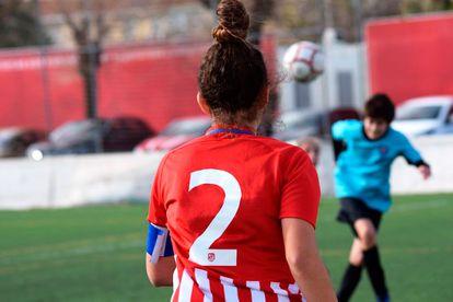 Silvia Gil, madrileña de 15 años que padece psoriasis desde los siete, en un partido con su anterior equipo, el cadete del Atlético de Madrid.