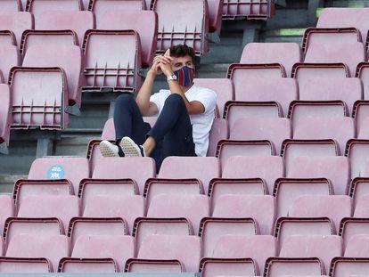 Riqui Puig, en la grada el sábado en el Trofeo Gamper, que jugaron el Barça y el Elche en el Camp Nou.