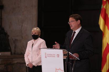 La consejera de Sanidad, Ana Barceló, y el presidente valenciano, Ximo Puig, en la noche del jueves en el Palau de la Generalitat.