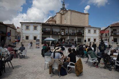 Ambiente en la Plaza Mayor de Colmenar de Oreja durante la actuación.