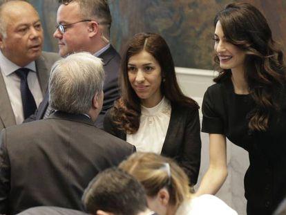 Nadia Murad y Amal Clooney con el secretario general de la ONU