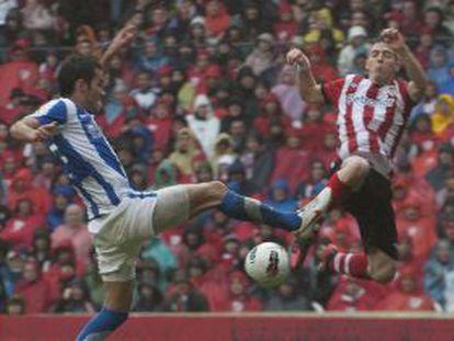 Carlos Vela (izquierda) y Muniain disputan el balón.