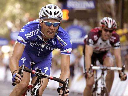 Sobre estas líneas, el francés Vasseur, poco antes de imponerse al <i>sprint</i> en la etapa de ayer. Abajo, el alemán