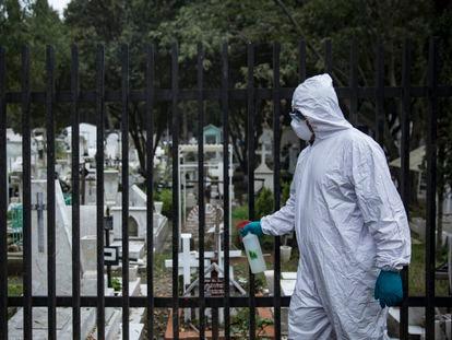 Un trabajador del Panteón de Xilotepec, en Xochimilco, el cual se ha mantenido sin visitantes desde el inicio de la pandemia el 25 de septiembre.