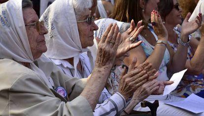Un grupo de madres, en el homenaje a los desaparecidos.