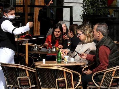 Varios clientes en la terraza de un bar del centro de Madrid.