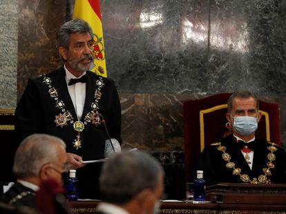 El presidente del Consejo General del Poder Judicial (CGPJ), Carlos Lesmes, interviene en presencia del rey Felipe VI, al inicio del acto de inauguración del año judicial, este lunes.