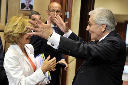 Jean-Claude Trichet felicita a Elena Salgado por la victoria de España en el Mundial de fútbol.
